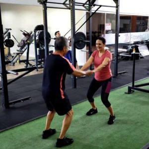 imagem praticando treinamento funcional exercicios